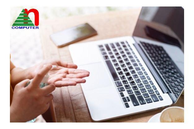 Giữ tay sạch trước khi sử dụng laptop - cũng chính là một cách bảo vệ cho bạn!