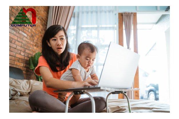 Tránh để trẻ tiếp xúc với laptop ở vị trí gần